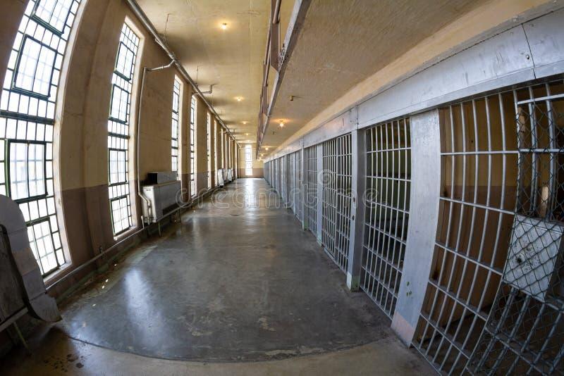 Μετάβαση κάτω από το διάδρομο φυλακών στοκ εικόνα