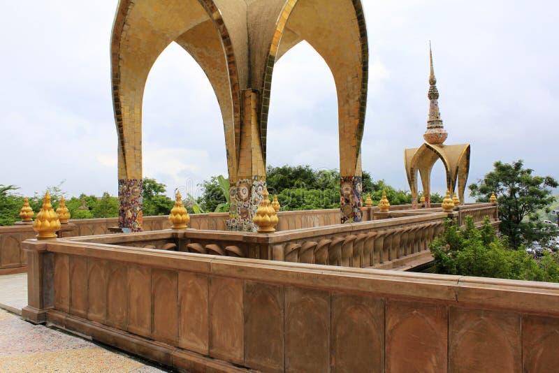 Μετάβαση και σχηματισμένος αψίδα θόλος ένα από τα επίπεδα του ναού σε Pha Sorn Kaew, Khao Kor, Phetchabun, Ταϊλάνδη στοκ φωτογραφία με δικαίωμα ελεύθερης χρήσης