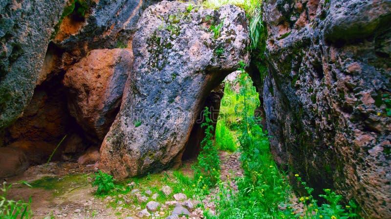 Μετάβαση μεταξύ των τεράστιων πετρών στο Περού στοκ εικόνα