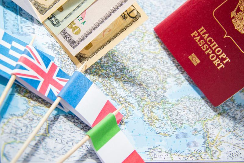 μετάβαση να ταξιδεψει Διαβατήριο, χρήματα, σημαίες της Ελλάδας, UK, Ιταλία, Γαλλία στο χάρτη Εκτός από τα χρήματα στο ταξίδι, που στοκ εικόνες