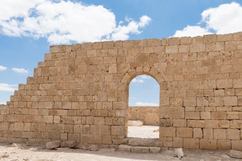 Μετάβαση στον τοίχο φρουρίων της πόλης Nabataean Avdat, που βρίσκεται στο δρόμο θυμιάματος στην έρημο Judean στο Ισραήλ Είναι INC στοκ φωτογραφία