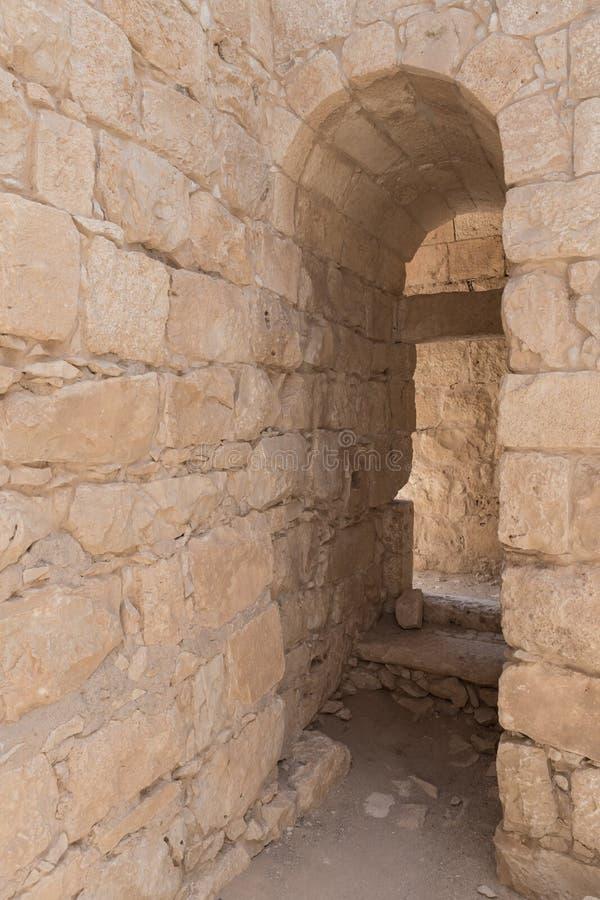 Μετάβαση στον τοίχο φρουρίων της πόλης Nabataean Avdat, που βρίσκεται στο δρόμο θυμιάματος στην έρημο Judean στο Ισραήλ Είναι INC στοκ εικόνες