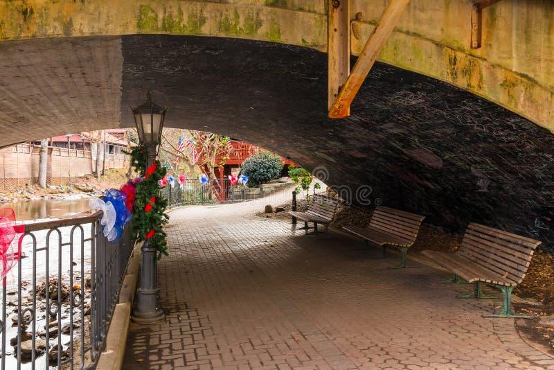 Μετάβαση στο ανάχωμα του ποταμού Chattahoochee κάτω από τη γέφυρα, Helen, ΗΠΑ στοκ εικόνες