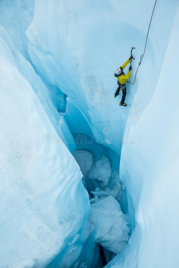 Μετά από από ένα μεγάλο moulin μετά από το μόλυβδο φίλων του ένας απότομος πάγος αναρριχείται στοκ φωτογραφία με δικαίωμα ελεύθερης χρήσης