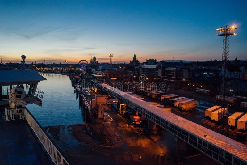 Μετά από την άποψη ηλιοβασιλέματος σχετικά με το λιμάνι Katajanokka, Ελσίνκι στοκ εικόνες