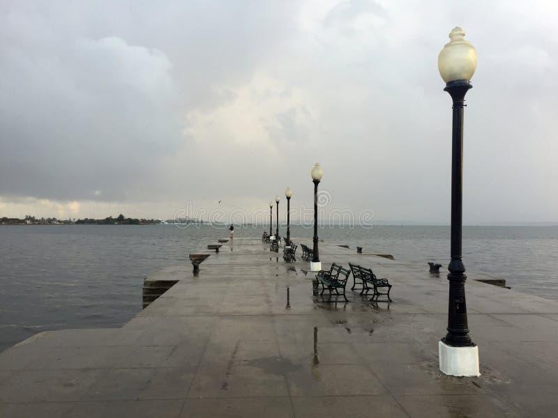 Μετά από τη βροχή, άποψη αποβαθρών σε Cienfuegos στοκ εικόνες