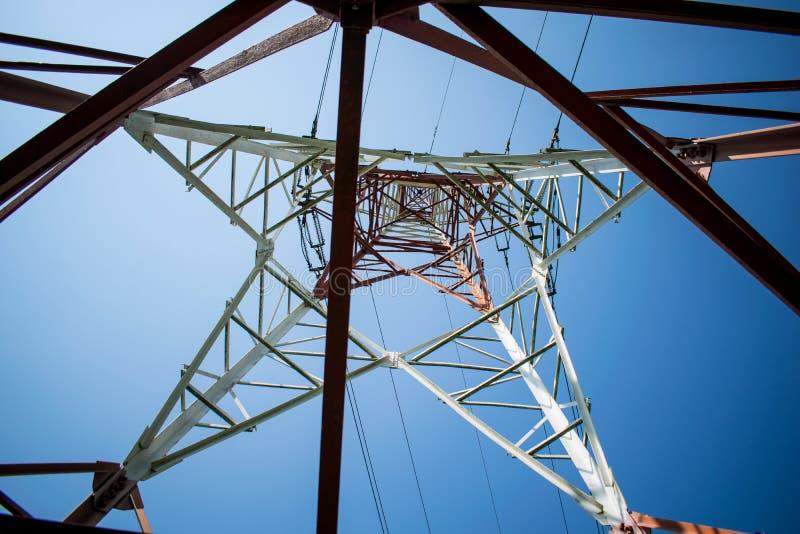 Μεταλλική δομή με τα ηλεκτρικά καλώδια υψηλής τάσης στοκ εικόνα με δικαίωμα ελεύθερης χρήσης