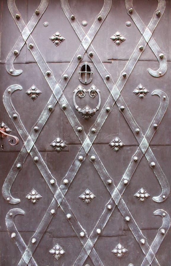 Μεταλλική σφυρηλατημένη αρχαία πόρτα με το εξόγκωμα πορτών στοκ φωτογραφίες με δικαίωμα ελεύθερης χρήσης