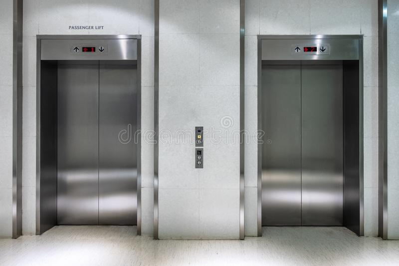 Μεταλλικός ανελκυστήρας δύο πύλη που κλείνουν του ανελκυστήρα επιβατών στοκ εικόνες