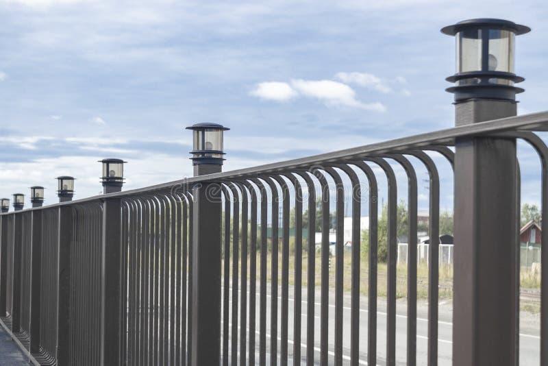Μεταλλικός καφέ φράχτης Υπάρχουν λάμπες στους πόλους Ημέρα Προοπτική στοκ φωτογραφία με δικαίωμα ελεύθερης χρήσης
