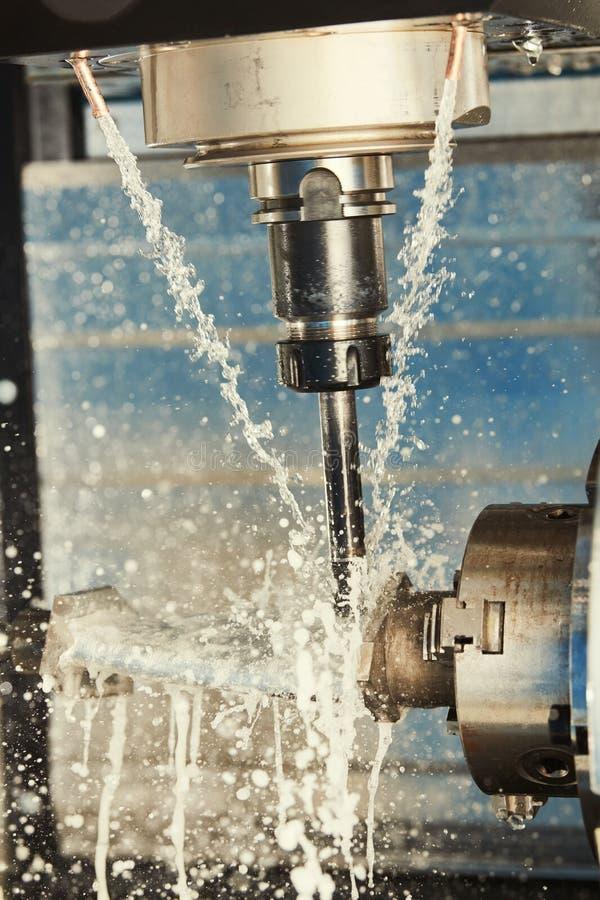 Μεταλλουργική διαδικασία άλεσης Βιομηχανικό CNC μέταλλο που επεξεργάζεται στη μηχανή από τον κάθετο μύλο Ψυκτικό μέσο και λίπανση στοκ φωτογραφίες με δικαίωμα ελεύθερης χρήσης