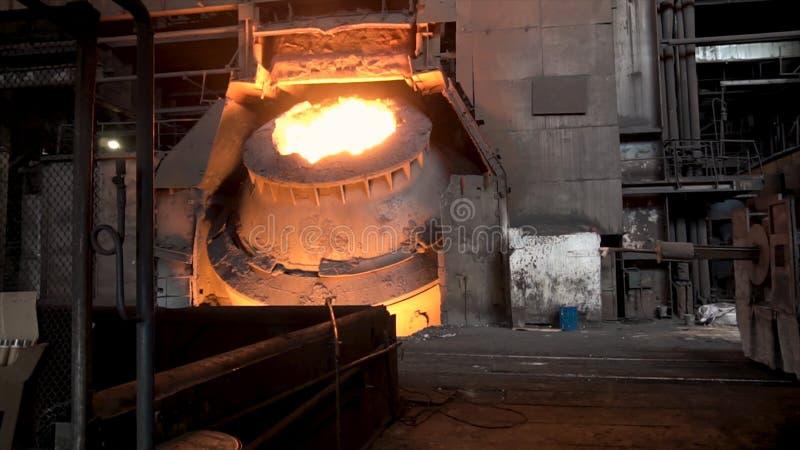 Μεταλλουργικό κατάστημα με τη μεγάλη δεξαμενή και το λειωμένο χάλυβα μέσα, βαριά έννοια βιομηχανίας Μήκος σε πόδηα αποθεμάτων Καυ στοκ φωτογραφία με δικαίωμα ελεύθερης χρήσης