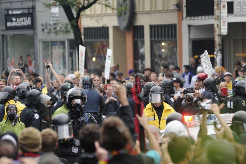 Μεταξύ της αστυνομίας ταραχής. στοκ εικόνες με δικαίωμα ελεύθερης χρήσης