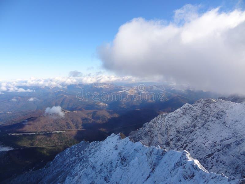 Μεταξύ των σύννεφων, του βουνού και του ουρανού στοκ εικόνες