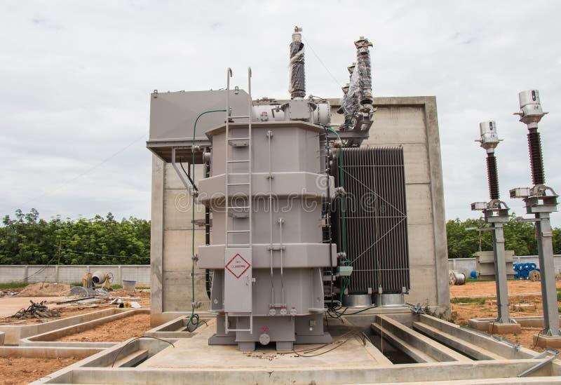 Μετασχηματιστής δύναμης στον υπο- σταθμό 115 kv/22 kv στοκ φωτογραφία