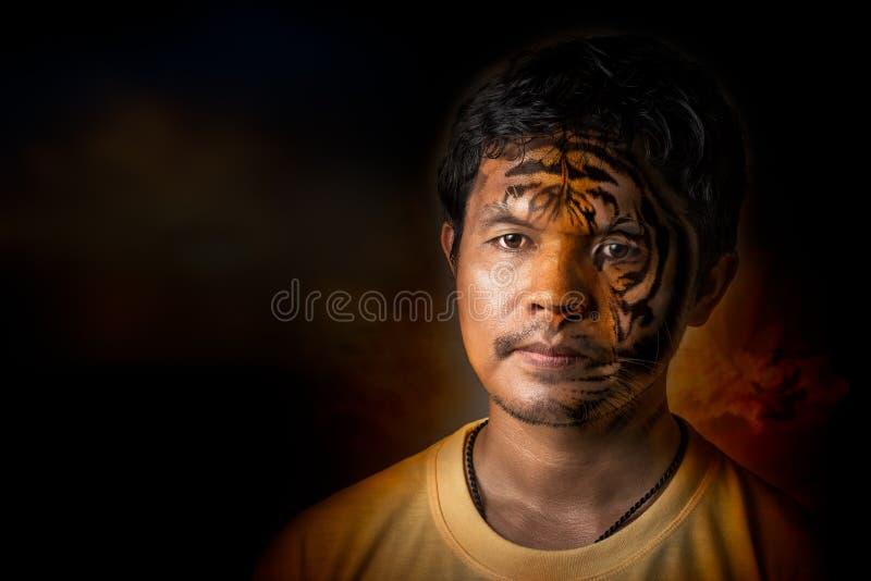 Μετατροπή νεαρών άνδρων στην τίγρη στοκ φωτογραφία με δικαίωμα ελεύθερης χρήσης
