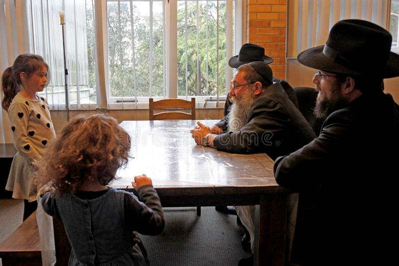 Μετατροπή παιδιών στο ιουδαϊσμό από το εβραϊκό rabbinic δικαστήριο στοκ φωτογραφία