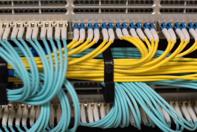 Μεταφορά δεδομένων από την τεχνολογία πληροφοριών οπτικής ίνας στοκ φωτογραφία