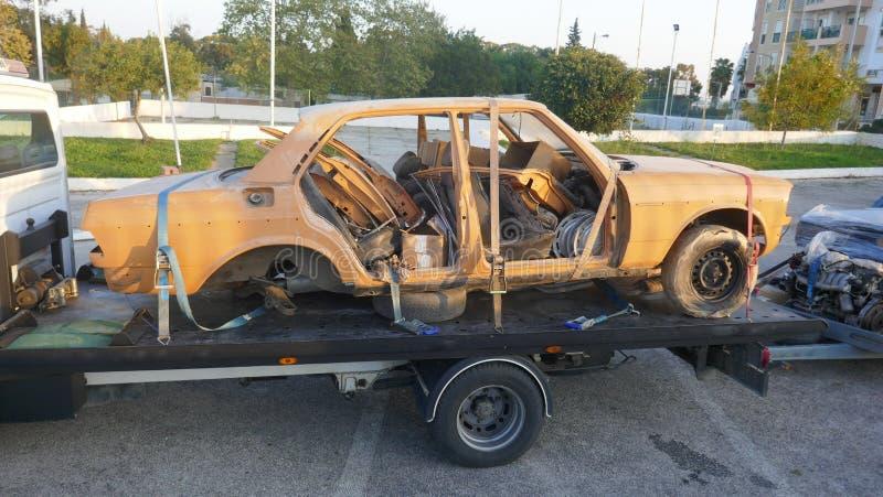 Σπασμένο αυτοκίνητο στο φορτηγό ρυμούλκησης στοκ εικόνα