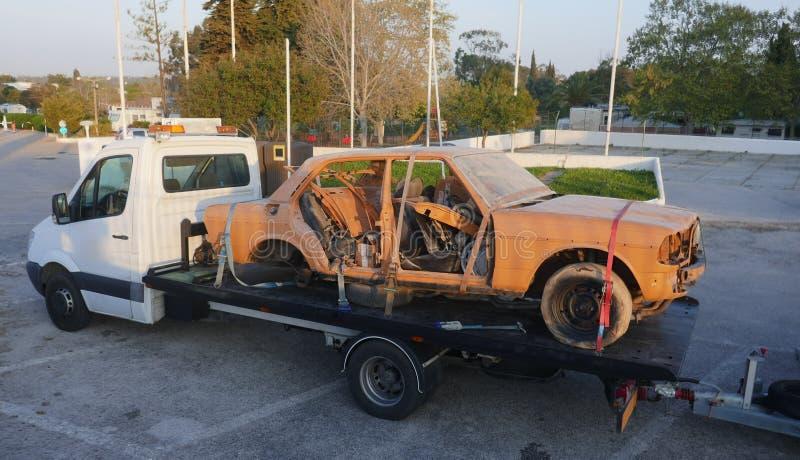 Σπασμένο αυτοκίνητο στο φορτηγό ρυμούλκησης στοκ εικόνες