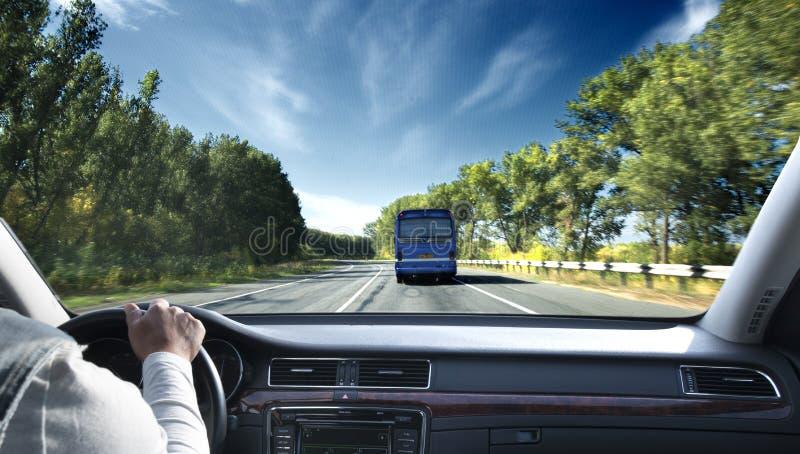 Μεταφορά και έννοια οχημάτων - άτομο που μετατοπίζει το εργαλείο στο ασβέστιο στοκ εικόνα με δικαίωμα ελεύθερης χρήσης