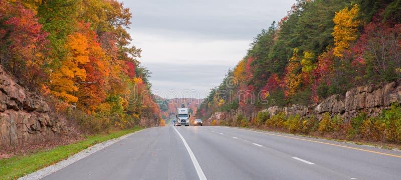 Μεταφορά με φορτηγό σε διακρατικά 65 στο Κεντάκυ στοκ εικόνα με δικαίωμα ελεύθερης χρήσης