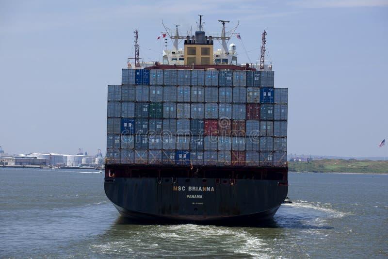 Μεταφορά: Φορτηγό πλοίο εμπορευματοκιβωτίων - πόλη της Νέας Υόρκης στοκ εικόνες