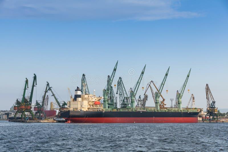Μεταφορά χύδην φορτίου, μεγάλες στάσεις φορτηγών πλοίων που δένονται στο λιμένα στοκ φωτογραφία με δικαίωμα ελεύθερης χρήσης