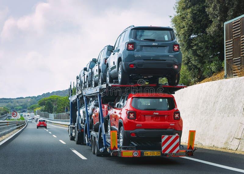 Μεταφορέας αυτοκινήτων στο δρόμο Ιταλία στοκ φωτογραφίες