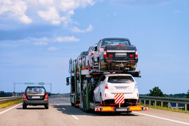 Μεταφορέας αυτοκινήτων στο δρόμο στην Πολωνία στοκ εικόνες με δικαίωμα ελεύθερης χρήσης