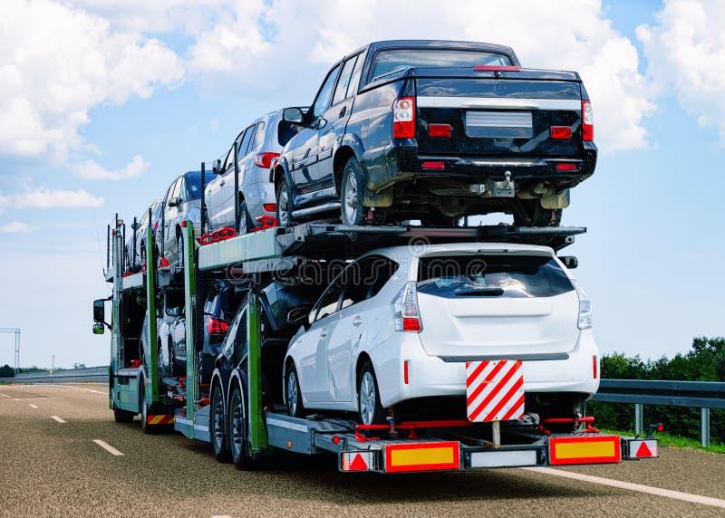 Μεταφορέας αυτοκινήτων στο δρόμο της Πολωνίας στοκ εικόνες με δικαίωμα ελεύθερης χρήσης