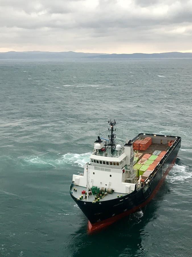 μεταφορέας θάλασσας και εμπορευματοκιβώτια στοκ εικόνες