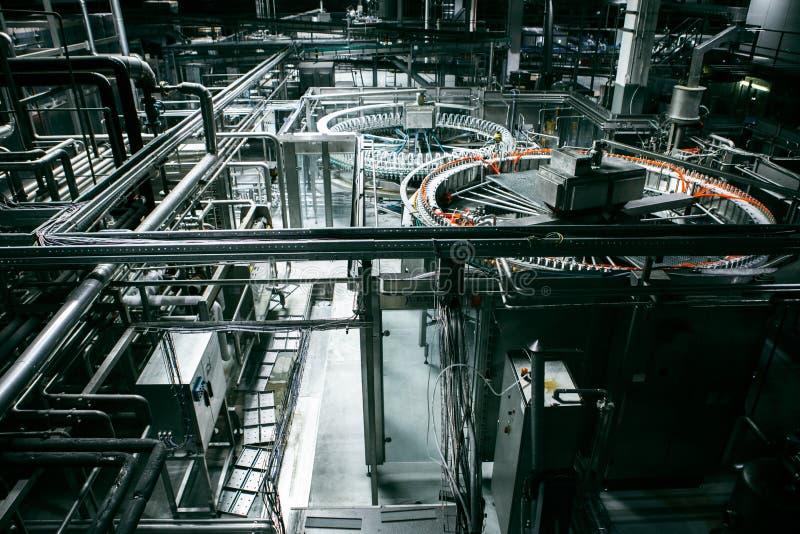 Μεταφορέας και σωλήνες στο εργοστάσιο στοκ εικόνα με δικαίωμα ελεύθερης χρήσης