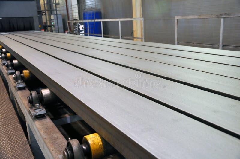 Μεταφορέας κυλίνδρων για τον ανεφοδιασμό των προϊόντων μετάλλων στην εγκατάσταση της αμμόστρωσης στοκ φωτογραφίες