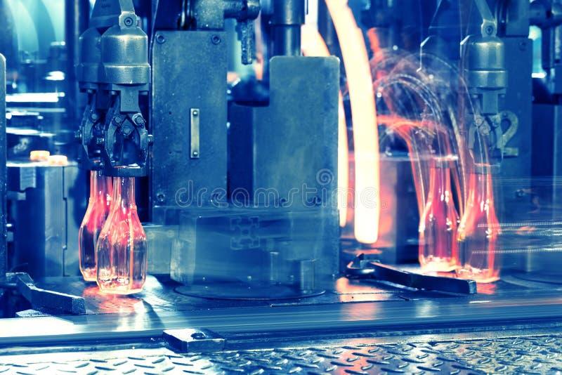 Μεταφορέας με τα καυτά μπουκάλια γυαλιού στοκ εικόνες