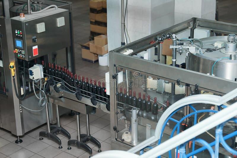 Μεταφορέας στο εργοστάσιο κρασιού στοκ εικόνες