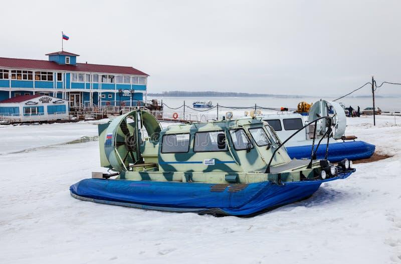 Μεταφορέας hovercraft στο ανάχωμα του Βόλγα στη Samara, Ρωσία στοκ εικόνα