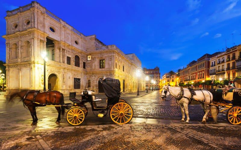 Μεταφορές αλόγων κοντά στην αίθουσα πόλεων στη Σεβίλη στοκ φωτογραφία