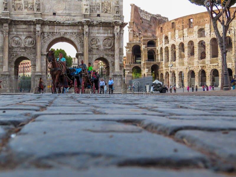 Μεταφορές αλόγων μπροστά από το Colosseum στοκ φωτογραφία