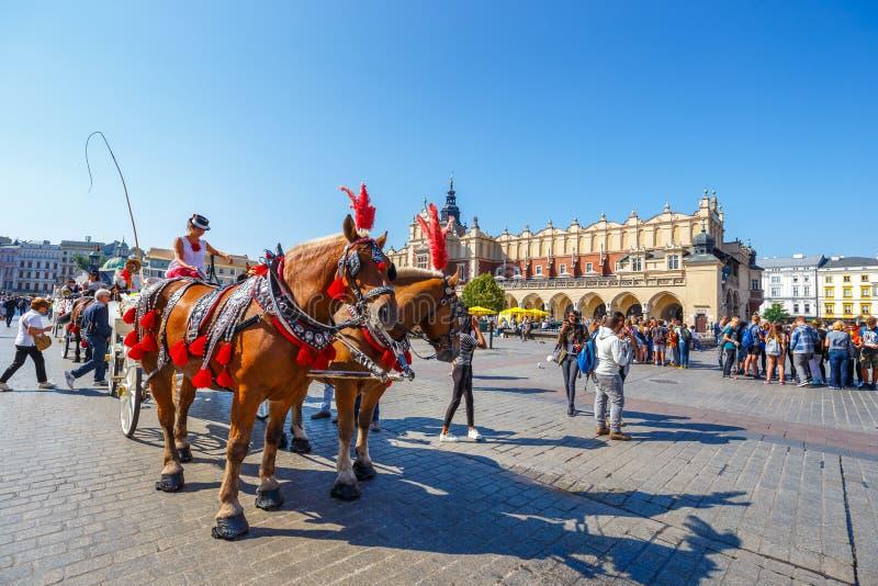 Μεταφορές αλόγων στο κύριο τετράγωνο στην Κρακοβία σε μια θερινή ημέρα, Πολωνία στοκ φωτογραφίες