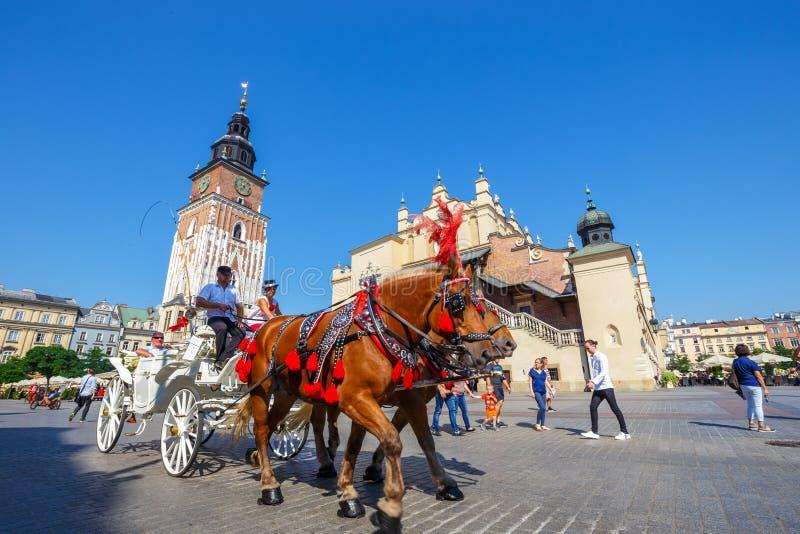 Μεταφορές αλόγων στο κύριο τετράγωνο στην Κρακοβία σε μια θερινή ημέρα, Πολωνία στοκ εικόνες