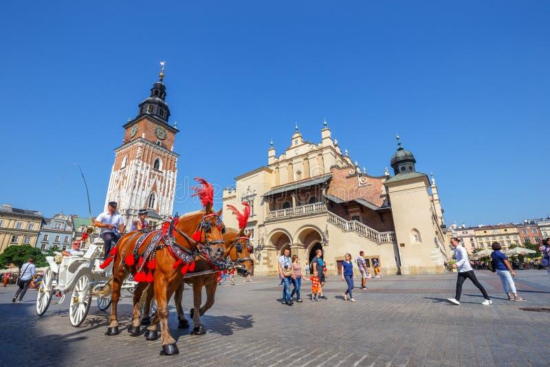 Μεταφορές αλόγων στο κύριο τετράγωνο στην Κρακοβία σε μια θερινή ημέρα, Πολωνία στοκ εικόνα με δικαίωμα ελεύθερης χρήσης