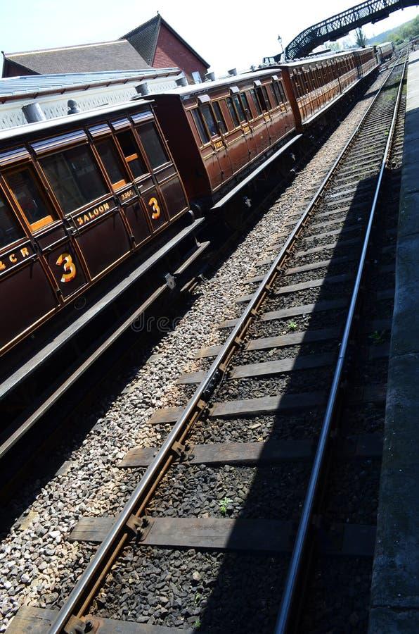 Μεταφορές τραίνων στάσιμες στην πλατφόρμα σταθμών. στοκ φωτογραφία με δικαίωμα ελεύθερης χρήσης