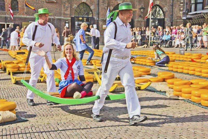 Μεταφορείς που περπατούν σε μια αγορά τυριών στοκ φωτογραφία με δικαίωμα ελεύθερης χρήσης