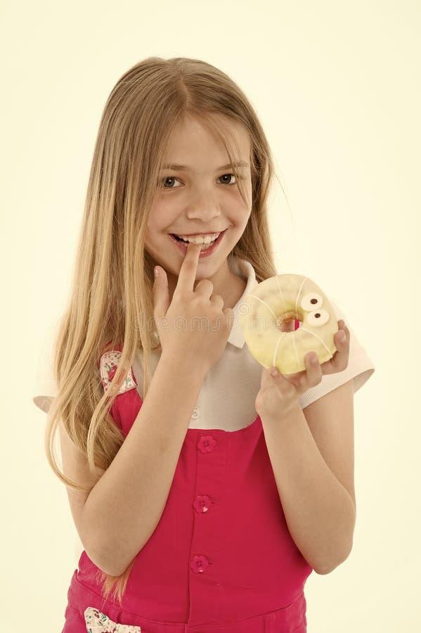 Μεταχειρίζεται για τις διακοπές Παιδί που ανταμείβεται για την καλή συμπεριφορά με τις ζαχαρούχες απολαύσεις Το χαριτωμένο πρόσωπ στοκ φωτογραφία με δικαίωμα ελεύθερης χρήσης