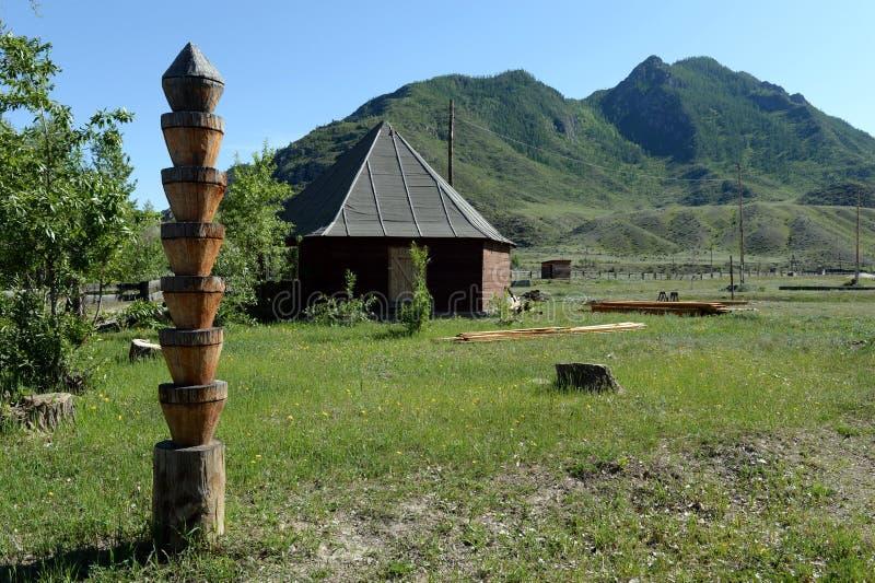 Μετα Α ξύλινη θέση Hitching για τη σύνδεση των αλόγων Βουνό Altai στοκ φωτογραφίες με δικαίωμα ελεύθερης χρήσης