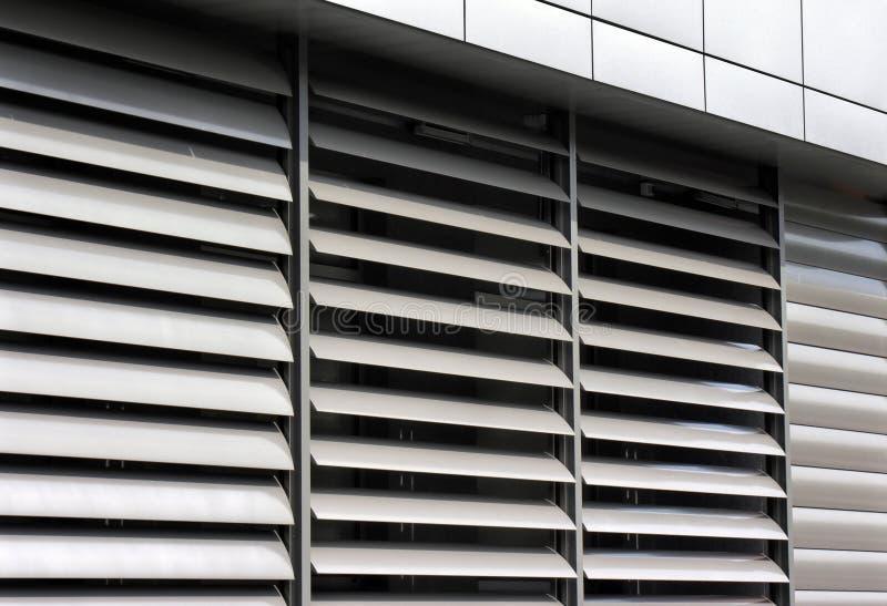 Μεταλλικό παραθυρόφυλλο παραθύρων στο κτίριο γραφείων στοκ εικόνα