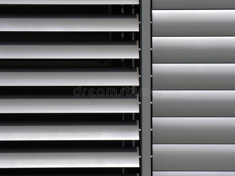 Μεταλλικό παραθυρόφυλλο παραθύρων στο κτίριο γραφείων στοκ εικόνες