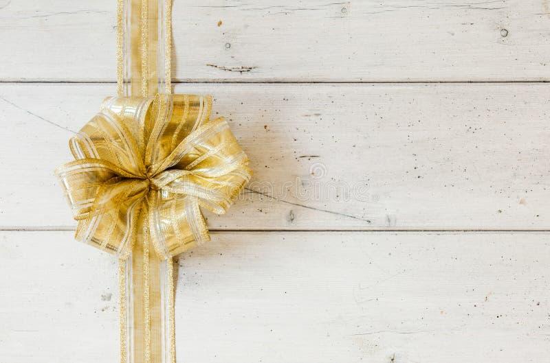 Μεταλλικό χρυσό διακοσμητικό τόξο Χριστουγέννων στοκ φωτογραφία με δικαίωμα ελεύθερης χρήσης
