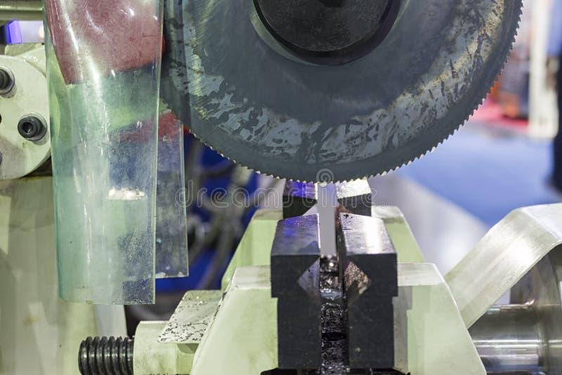 Μεταλλουργικός εξοπλισμός, ημι-αυτόματη κυκλική μηχανή πριονιών στοκ εικόνα με δικαίωμα ελεύθερης χρήσης